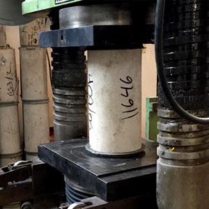 técnico en pruebas de resistencia de concreto